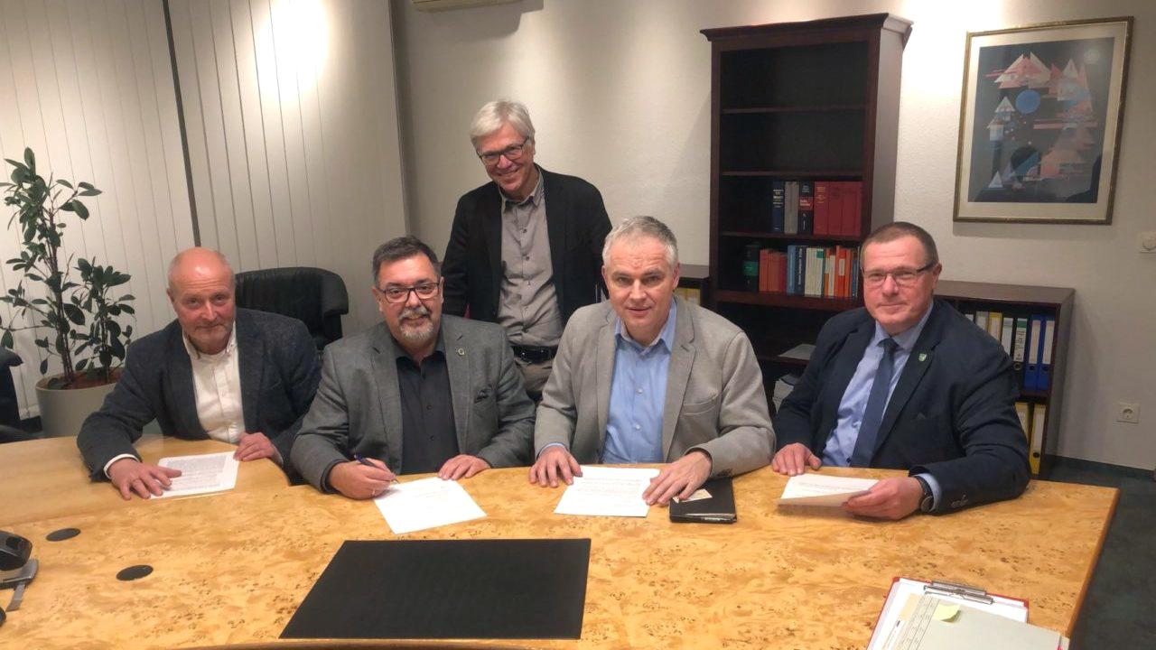 Dr. Vornehm und die vier Bürgermeister bei der Vertragsunterzeichnung