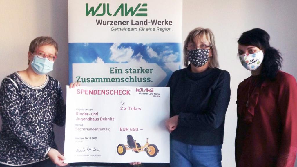 Britt Unglaube überreicht den Scheck an Martina Jüntschke