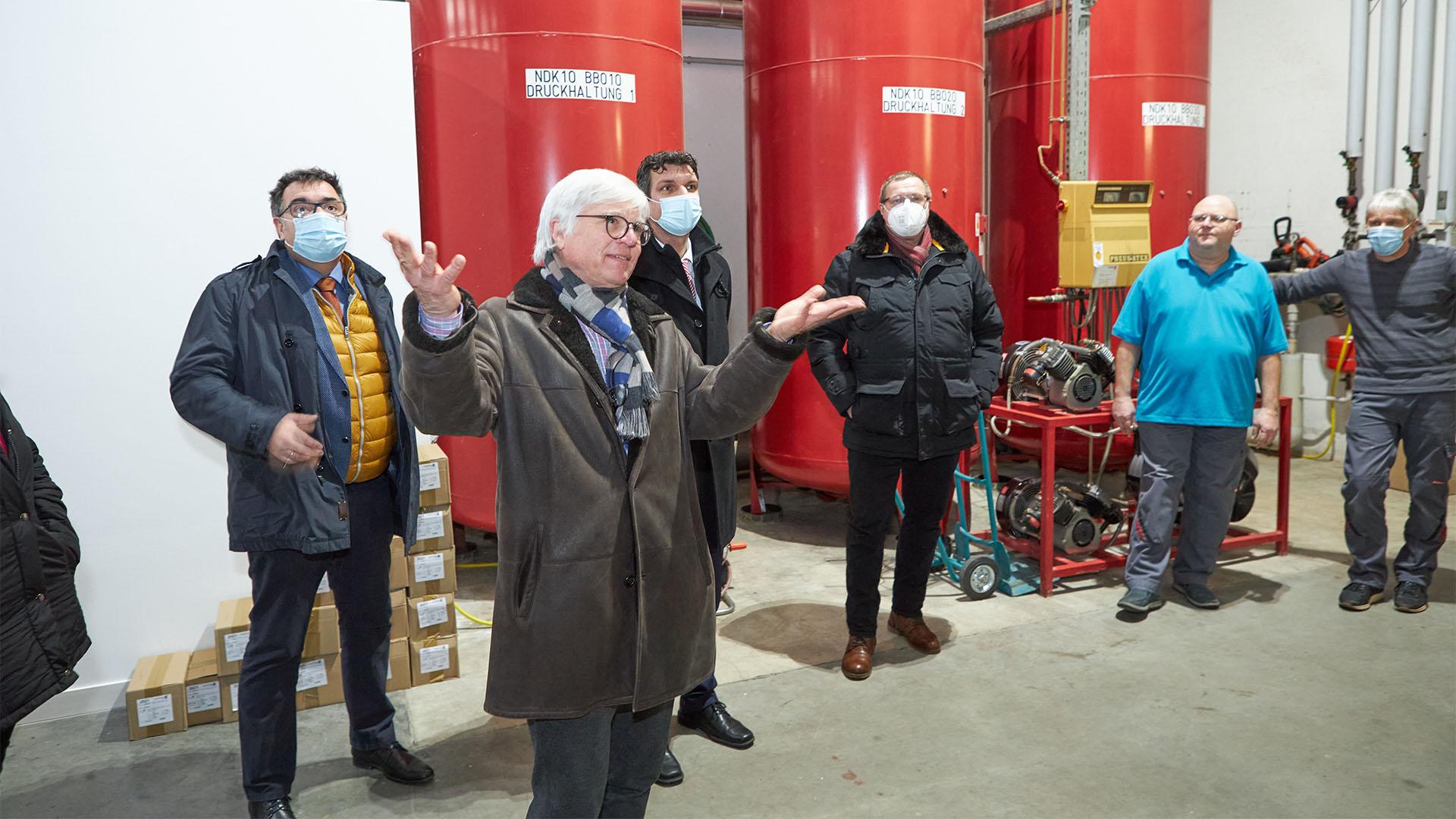 Dr. Vornehm präsentiert das Heizwerk in der Liscowstraße