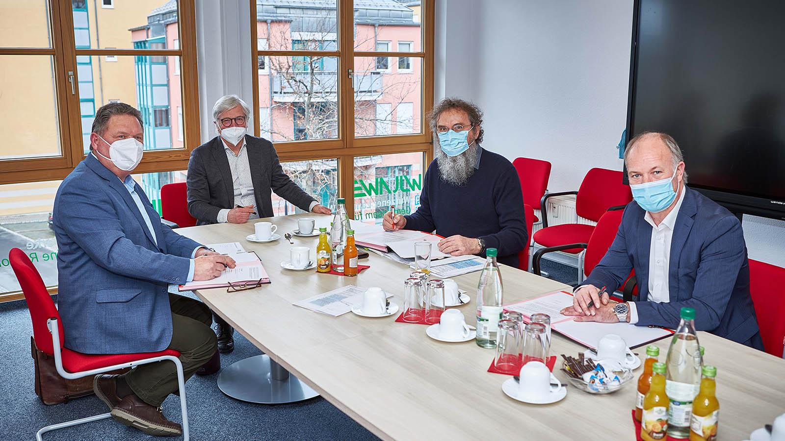 Dr. Vornehm und die Projektpartner bei der Vertragsunterzeichnung