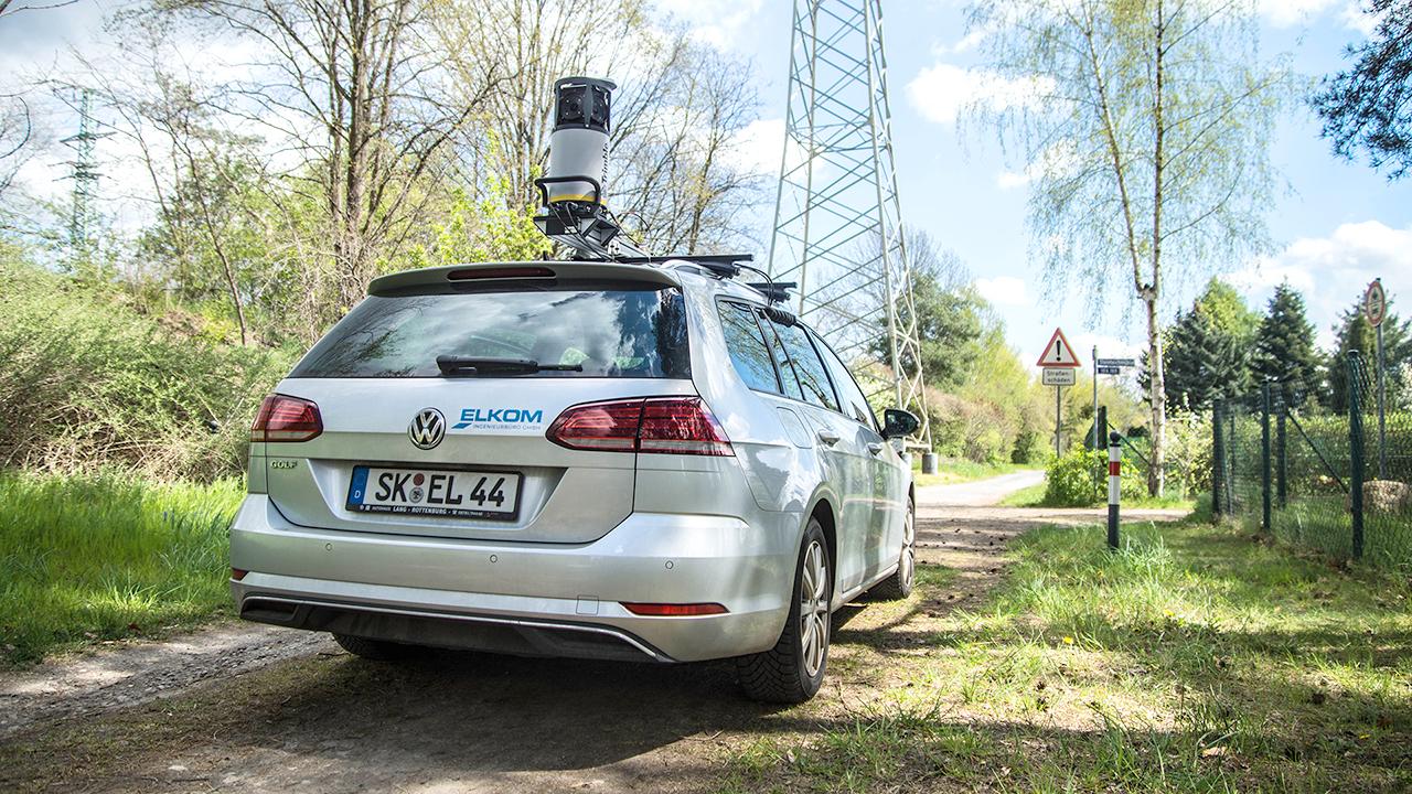 Fahrzeug mit Kamerasystem auf dem Dach